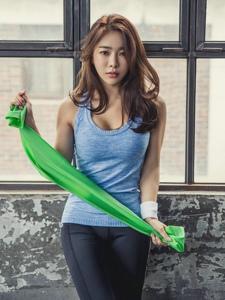 运动健身美女拉长美腿秀发凌乱肌肉线条完美凸显