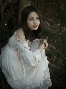 深山里裸肩蓬蓬裙少女可爱又性感