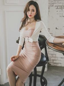 椅子美模粉色裙丰满露胸皮肤白皙显姣好身姿