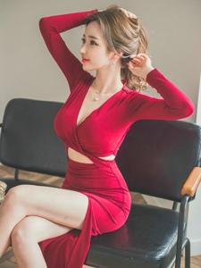 椅子扎发美模鲜艳红裙隐现美乳秀小蛮腰