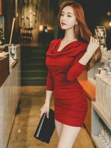 红发美模鲜艳裹身裙曲线曼妙肌肤诱人