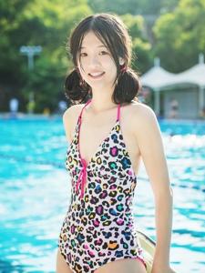 双马尾妹子豹纹泳装泳池内湿身诱惑