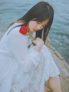海边礁石上赤脚美女白裙唯美清纯