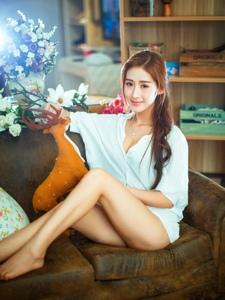 纯情美女居家穿着宽松白衬衫隐现美乳