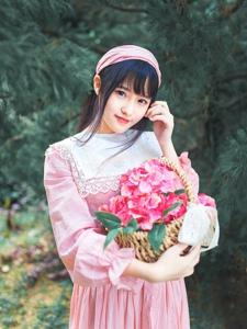 森林内的采花少女粉嫩装扮清纯美丽