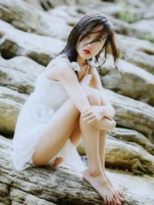 海边礁石上秀发凌乱少女吊带蕾丝裙唯美意境