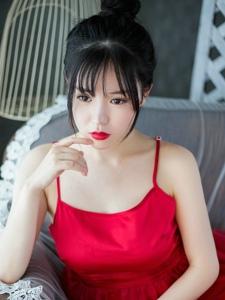 皮肤白嫩的吊带长裙美女红唇私房阳光写真