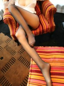沙發巨乳美女黑絲襪美腿誘惑