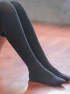 舞蹈室内长发女生过膝黑丝袜窈窕多姿
