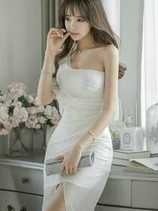 斜肩白紗裙美模微笑迷人仙氣足露深溝