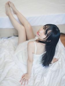 初夏清晨睡裙美女素颜精致皮肤白皙