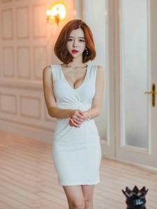 客厅美模低胸裙腰身圆润上围丰满
