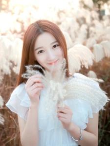 在蘆葦中的氣質美女白紗裙如詩一般的美麗