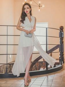 走廊美模飄逸白裙笑顏如花顯簡約知性