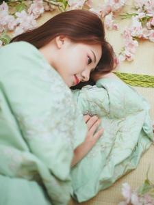 朦胧私房内的齐刘海美女一袭青衣上演绝代佳人