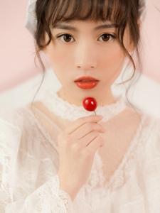 粉红私房内的樱桃少女蕾丝公主裙肌肤晶莹透亮