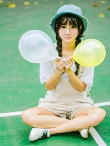 純真萌妹子玩耍氣球俏皮可愛笑顏如花
