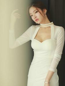 高领低胸白裙美模秀深沟优雅大方