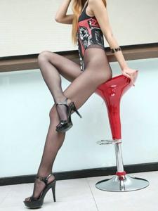 健壮美女性感金发黑丝袜美腿魅惑