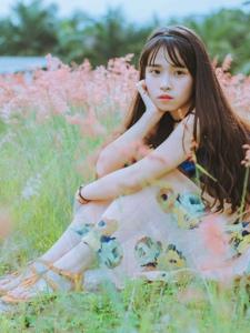 齐刘海少女吊带碎花裙坐在草丛中甜美娇俏