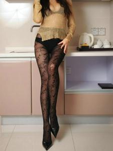 厨房里的面具女郎黑丝袜美腿诱惑