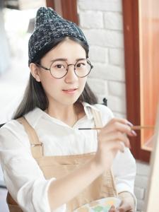 画室里的圆框眼镜美男清纯甜美养眼诱人