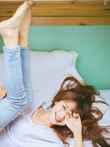 晨起少女秀发凌乱床上自嗨笑容迷人