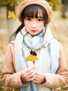 银杏树下的笑脸可人的贝雷帽女孩清纯甜美
