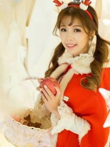 圣诞双马尾女孩俏皮心爱笑容甜美暖和冬季