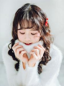 高领毛衣少女雪地里玩雪谱写最暖冬日恋歌
