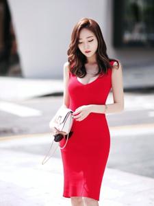 街头艳丽红裙美模美乳呼之欲出令人神往