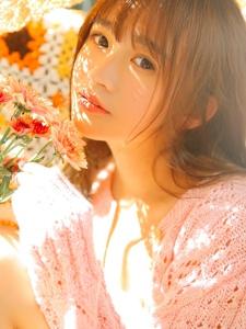 阳光下看书美女镂空粉色毛衣很温婉