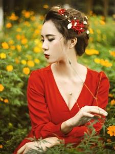 花叢中的復古美女深V紅裙性感上陣曲線曼妙