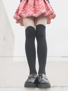 羞涩学生妹超短格子裙露内过膝袜诱惑