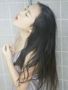 浴室内淋浴的湿身妹子给力魅惑秀迷人乳沟