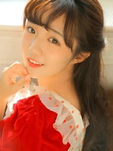 純凈亮眼少女圓點紅裙優雅嬌俏微微一笑太迷人
