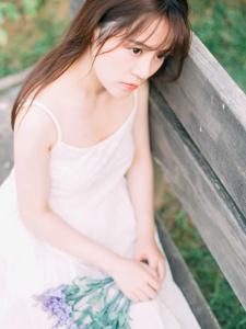 牧场内的花环少女吊带白裙怡然雅致