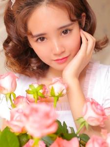 玫瑰卷发少女粉嫩裙床上眯眼萌到爆
