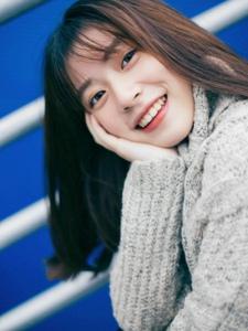 大眼美少女高领毛衣显温柔与知性露纯美笑脸