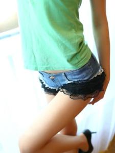 窗邊牛仔熱褲性感翹臀美女肉絲美腿陽光照人