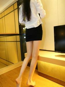客厅里穿丝袜的包臀裙美女肉丝美腿气质写真