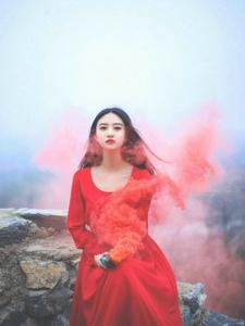 清纯素颜女神红色长裙高山树林靓丽写真