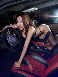 豪車里的妖嬈美女黑絲吊帶惹火勾魂