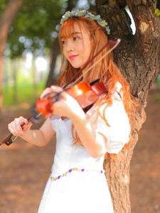 森林內小提琴美女頭戴花環演繹夏日花仙子