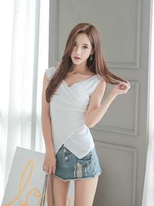 超短牛仔裙美女模特玉腿修长显窈窕身材