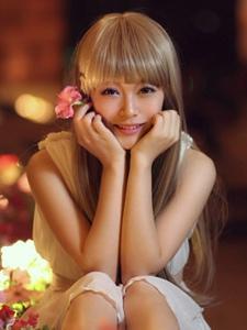 夜色下金发刘海女孩甜美脸庞令人迷醉