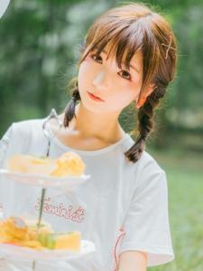 刘海麻花辫烟熏妆女孩粉嫩甜美温馨动人