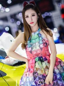 酷似吴佩慈的瓜子脸花裙车模靓丽迷人写真