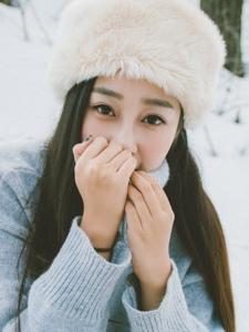 眼睛很漂亮的长发白净美女雪中写真