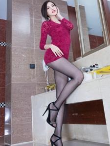 喷鼻艳红裙模特Abby黑丝美腿娇媚女人味实足